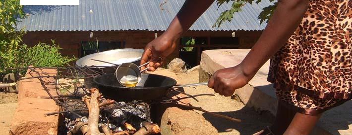 Kochen über dem offenen Feuer mit einfachen Mitteln.