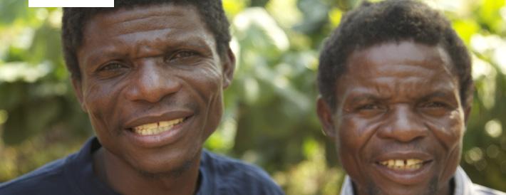Dickson und James Phiri - die Betreiber der Mzimo Cookery School - freuen sich über die neue Küche